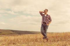 Atrakcyjny męski fotograf outdoors przy zmierzchem Fotografia Stock