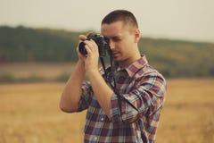 Atrakcyjny męski fotograf outdoors przy zmierzchem Zdjęcie Stock