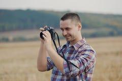 Atrakcyjny męski fotograf outdoors przy zmierzchem Zdjęcie Royalty Free