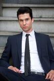 Atrakcyjny męski moda modela obsiadanie na schodkach Zdjęcie Royalty Free