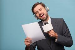 Atrakcyjny męski reporter robi zabawie przy studiiem Obraz Royalty Free
