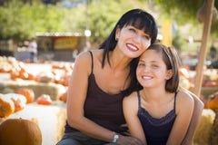 Atrakcyjny matki i córki portret przy Dyniową łatą Zdjęcia Royalty Free