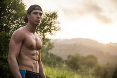 Atrakcyjny mięśniowy bez koszuli młody człowiek w naturze Fotografia Royalty Free