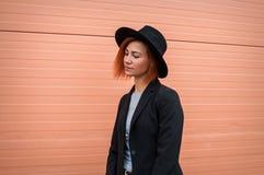 Atrakcyjny moda modela nęcić plenerowy różową ścianą Miasto styl bedsheet moda kłaść fotografii uwodzicielskich białej kobiety po Fotografia Stock