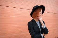 Atrakcyjny moda modela nęcić plenerowy różową ścianą Miasto styl bedsheet moda kłaść fotografii uwodzicielskich białej kobiety po Zdjęcia Royalty Free