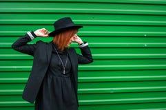 Atrakcyjny moda modela nęcić plenerowy zieloną ścianą Miasto styl bedsheet moda kłaść fotografii uwodzicielskich białej kobiety p Obraz Royalty Free