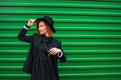 Atrakcyjny moda modela nęcić plenerowy zieloną ścianą Miasto styl bedsheet moda kłaść fotografii uwodzicielskich białej kobiety p Zdjęcia Royalty Free