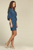 Atrakcyjny model w cajgów highheels i sukni fotografia stock