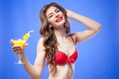 Atrakcyjny model w czerwonym bikini staniku z egzotycznym koktajlem i słomą Fotografia Stock