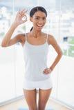 Atrakcyjny model w sportswear daje zadowalającemu gestowi kamera Fotografia Stock