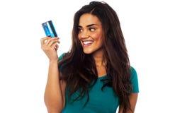 Atrakcyjny model wystawia jej gotówkową kartę Fotografia Royalty Free