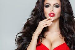 Atrakcyjny model z Ciemnym Kędzierzawym włosy, Czerwony wargi Makeup Obraz Royalty Free