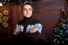 Atrakcyjny młody człowiek w Bożenarodzeniowych dekoracjach Boże Narodzenia nowy rok, Zdjęcie Royalty Free