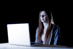 Atrakcyjny nastoletni dziewczyny cierpienie cyberbullying lub wystawiający cyber znęcać się i interneta napastowanie czuć smutny obrazy stock