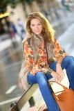 Atrakcyjny nowożytny kobiety obsiadanie na jawnej ławce fotografia royalty free
