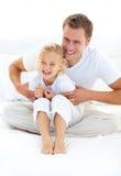 Atrakcyjny ojciec bawić się z jego małą dziewczynką fotografia royalty free