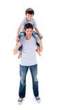 Atrakcyjny ojciec daje jego syna piggyback przejażdżce obrazy stock