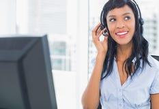 Atrakcyjny operator przystosowywa jej słuchawki obrazy stock