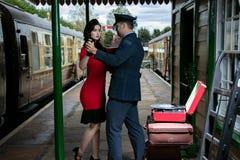 Atrakcyjny para taniec na staci kolejowej platformie z przenośnym dokumentacyjnym graczem zdjęcie royalty free