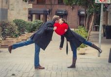 Atrakcyjny pary całowanie z czerwoną kierową poduszką Fotografia Stock