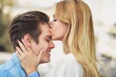 Atrakcyjny pary przytulenie, dziewczyna całuje chłopiec i fotografia stock