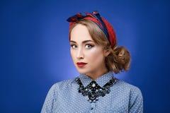 Atrakcyjny pinup dziewczyny portret na błękitnym tle tła dziewczyny target321_0_ woda Fotografia Stock