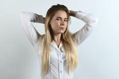 Atrakcyjny, pomyślny biznesowy damy pozować Flirty, Biały bluzka Zdjęcie Royalty Free