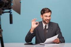 Atrakcyjny potomstwa tv newscaster gestykuluje Zdjęcie Royalty Free