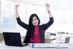 Atrakcyjny pracownik odświętności sukces w biurze Obrazy Royalty Free