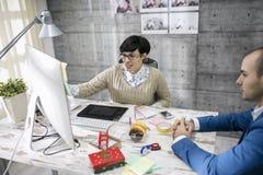Atrakcyjny projektant dyskutuje obraz royalty free