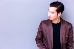 Atrakcyjny przystojny młody człowiek jest przyglądającym kopii przestrzenią target60_0_ obraz stock