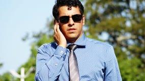 Atrakcyjny Przystojny pracownika ochrony agent fbi Jest ubranym okulary przeciwsłonecznych Obrazy Stock