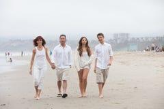 Atrakcyjny rodzina składająca się z czterech osób na plaży Fotografia Royalty Free