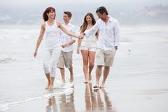 Atrakcyjny Rodzinny odprowadzenie na plaży Obraz Royalty Free