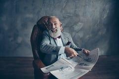 Atrakcyjny, roześmiany szef w kostiumu, tux z łękiem wskazuje, pointi zdjęcia stock