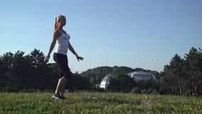 Atrakcyjny sportsgirl robi codziennemu treningowi outdoors zbiory wideo