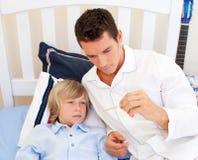 atrakcyjny sprawdzać ojciec jego s syna temperatura Zdjęcia Stock