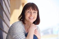 Atrakcyjny starej kobiety ono uśmiecha się fotografia royalty free