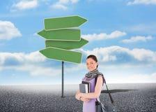 Atrakcyjny studencki mienie stojący rezerwuje i jej torba podczas gdy Obrazy Royalty Free