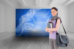 Atrakcyjny studencki mienie stojący rezerwuje i jej torba podczas gdy Fotografia Royalty Free
