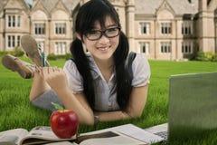 Atrakcyjny studencki studiujący outdoors 1 Zdjęcie Royalty Free