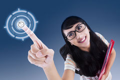Atrakcyjny student collegu dotyka wirtualnego ekran zdjęcie stock