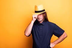Atrakcyjny stylowy mężczyzna z kowbojskim kapeluszem obraz royalty free