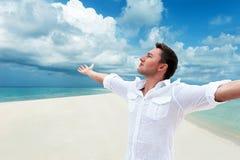 Atrakcyjny szczęśliwy uśmiechnięty mężczyzna przyglądający up w odległość z h Zdjęcie Stock