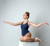 Atrakcyjny tancerz pozuje z wdziękiem machać ręki Zdjęcia Royalty Free