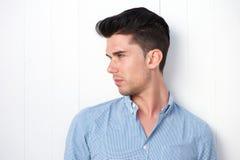Atrakcyjny ty mężczyzna z nowożytną fryzurą Zdjęcia Royalty Free