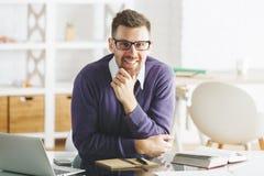 Atrakcyjny uśmiechnięty biznesmen pracuje na projekcie zdjęcia royalty free