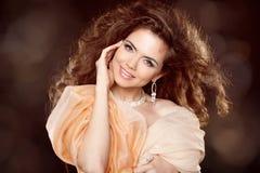 Atrakcyjny uśmiechnięty kobieta portret z długim kędzierzawym włosianym stylem obraz royalty free