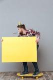 Atrakcyjny urodzinowy mężczyzna trzyma copyspace deskę na deskorolka Fotografia Stock