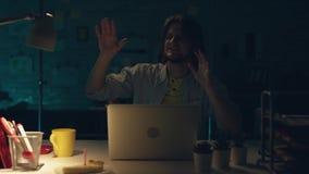 Atrakcyjny urzędnik pracuje mocno przy jego gabinetem póżno przy nocą i programuje coś na jego komputerze, napój herbata zbiory